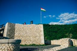 Csókakő, zászló a felső várban